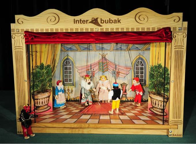 Le théâtre de marionnettes classique en bois et 12 marionnettes