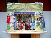 Le théâtre de marionnettes moderne en bois et 18 marionnettes